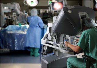 Holzer surgeon and staff use the da Vinci® Surgical System in the operating room.