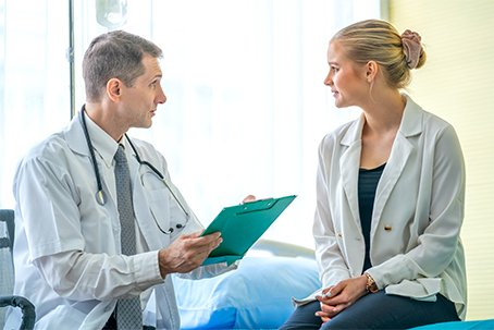 Outpatient - MyHolzer Portal - Image: Doctor and patient talk during appointment